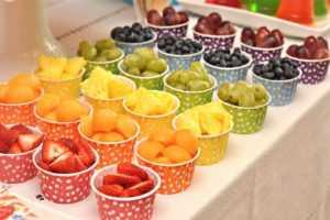 Как украсить посуду на стол в День Рождения ребенка