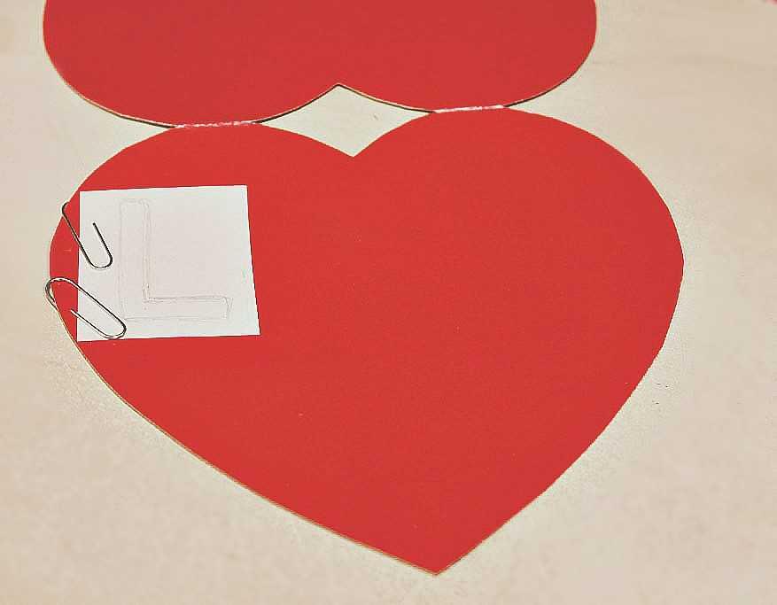Вырезаем буквы на картонном сердце