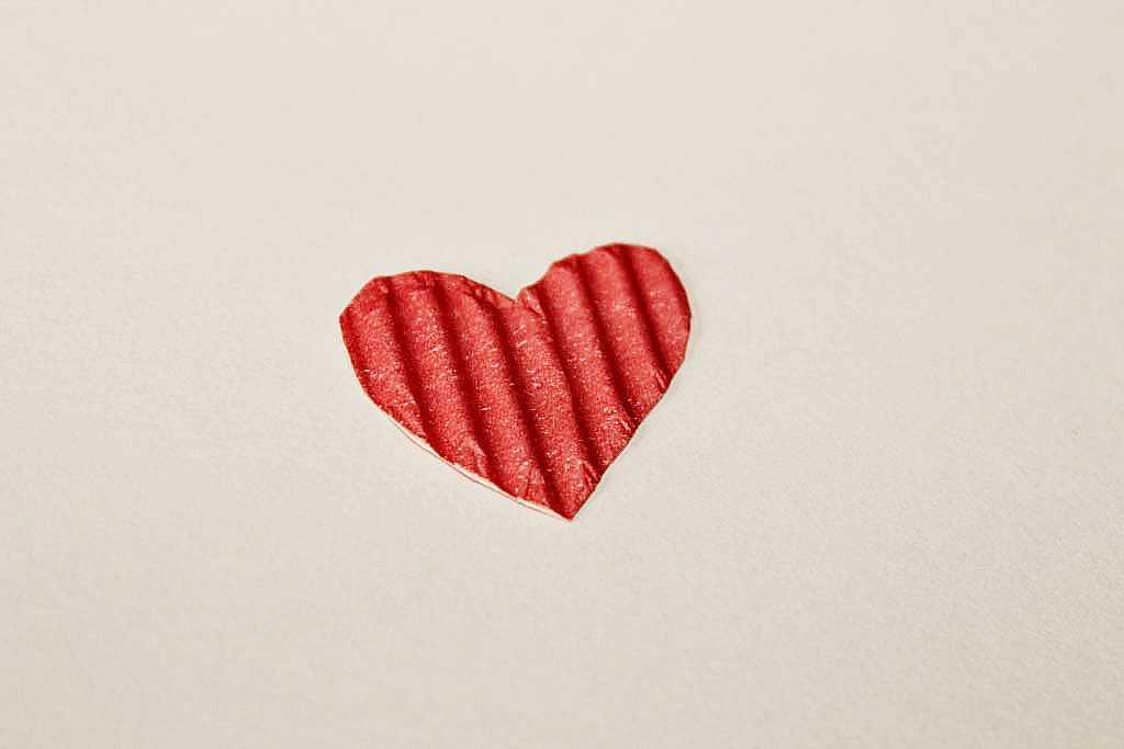 Вырезаем маленькое сердце из гофрированного картона