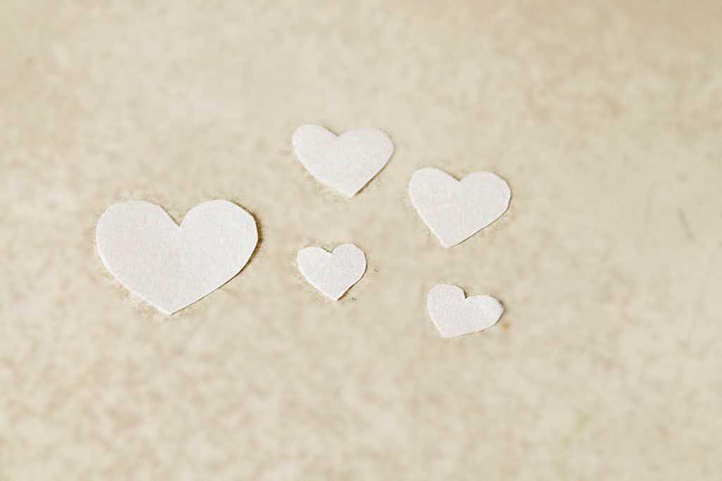 Вырезаем маленькие сердечки разного размера
