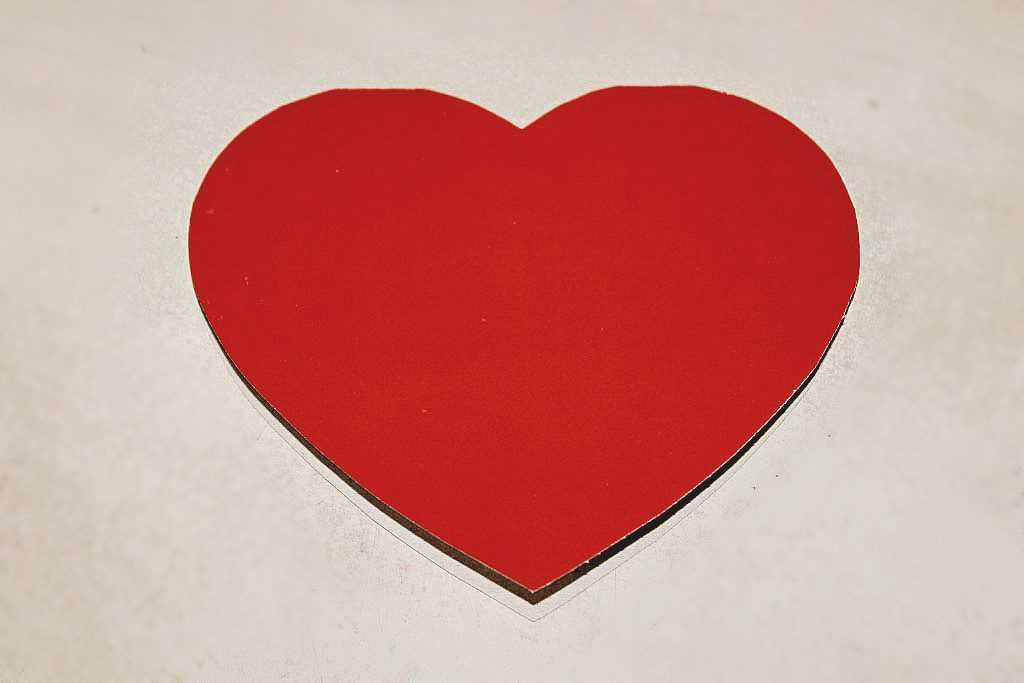 Вырезаем теперь картонное сердце