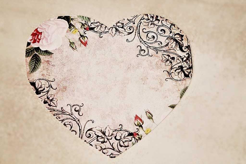 Вырезаем такое же сердце из бумаги для скрапбукинга
