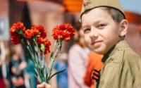 Мальчик в военном