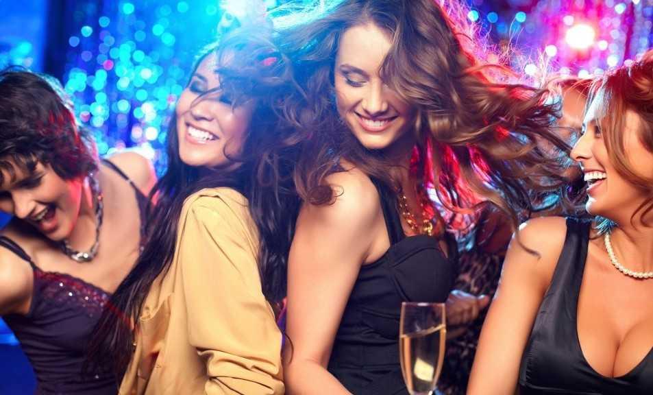 Празднование в ночном клубе