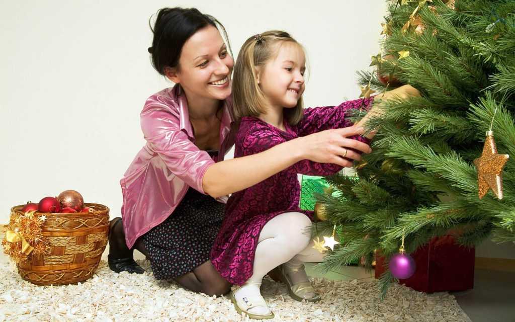 Украшаем елку с ребенком