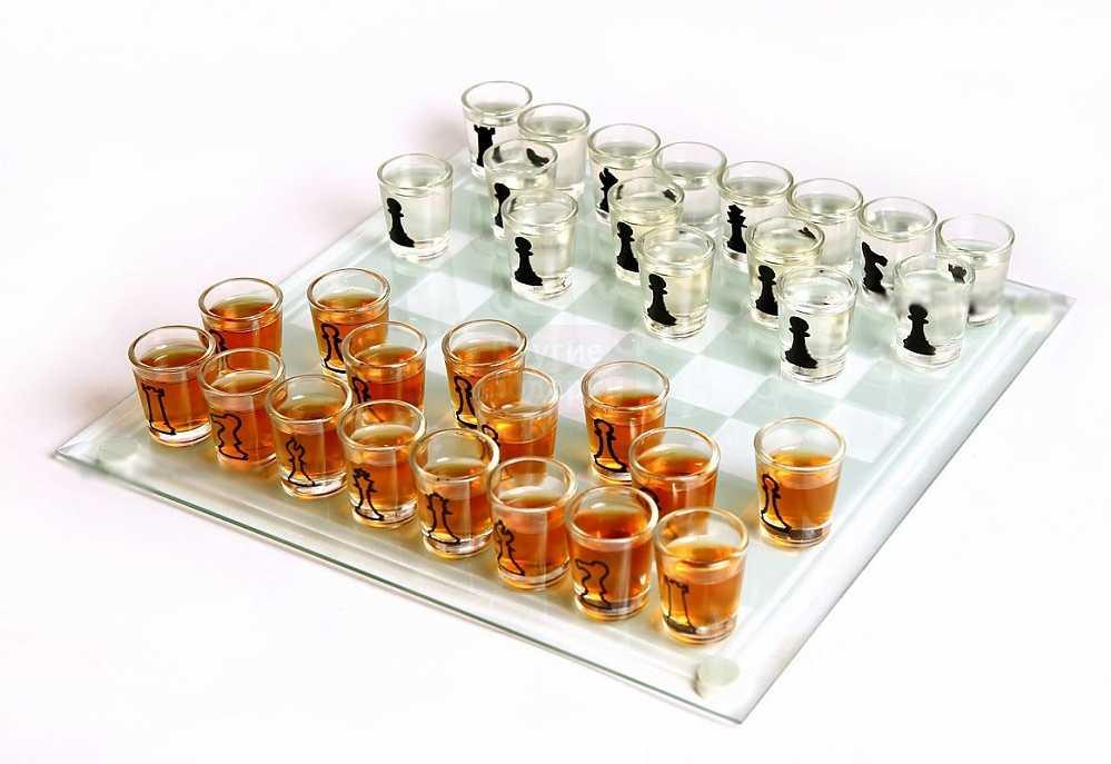 Набор шахмат в виде рюмок