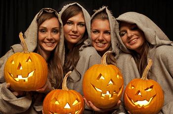 Вечеринка друзей в стиле Хэллоуин