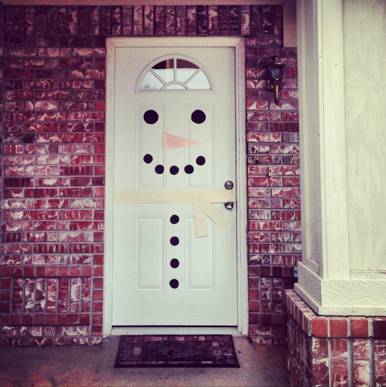 Рождественский декор на двери Снеговик